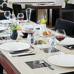 grande table assiette eternity, couverts acoma et verre à pied macaron chef&sommelier